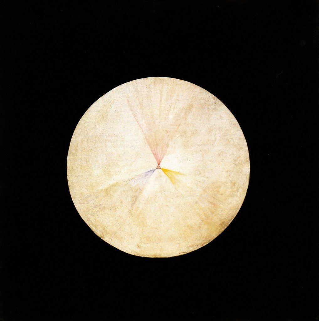 Bild der Malerin Hilma af Klint: silbrig-gelber Kreis, der einem Vollmond ähnelt auf einem schwarzen Hintergrund.