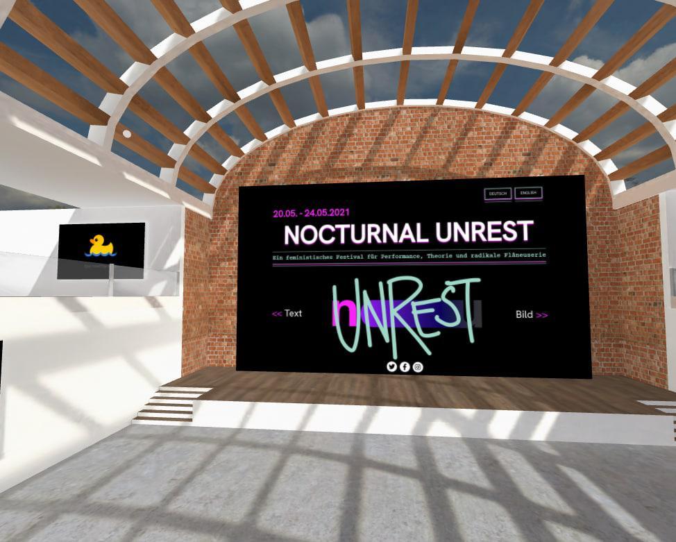 Ein digitaler Raum bei Mozilla Hubs. Es scheint die (digitale) Sonne durch ein Dach aus Holz-Balken, die Schatten auf den Boden werfen.  In der Mitte ist ein Bildschirm mit der Startseite der Website von Nocturnal Unrest zu sehen.