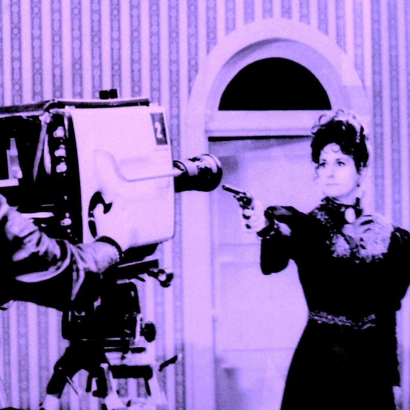 Bild in pink/schwarz/weiß. Eine Frau in einem Kleid aus dem angehenden 20. Jahrhundert zielt mit einem Revolver auf eine große Filmkamera.