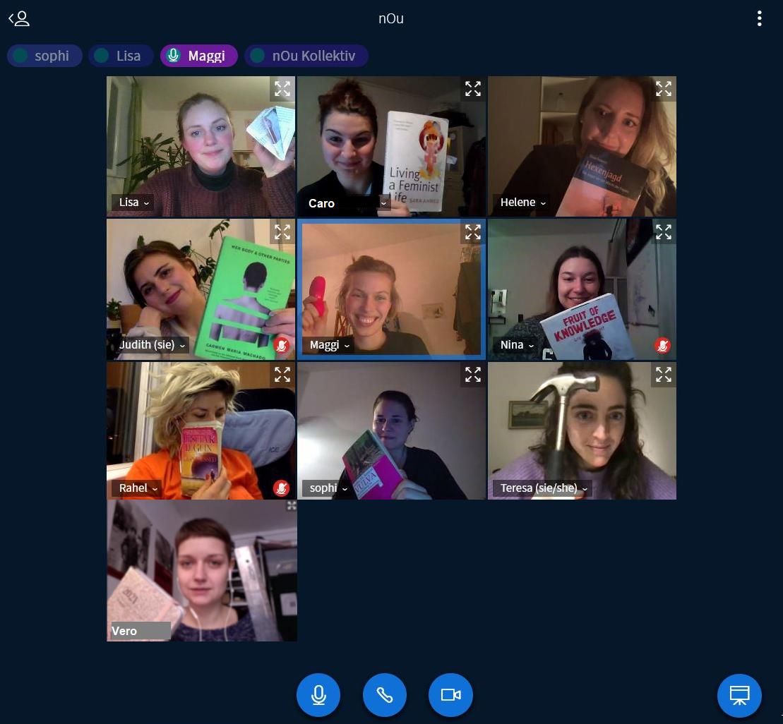 Screenshot von einer Videokonferenz mit allen Kollektiv-Mitgliedern. Jede hält einen Gegenstand hoch: viele Bücher, Origami-Vulva, Hammer, Lineal und Vibrator.